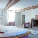 La chambre et son coin salon avec cheminée