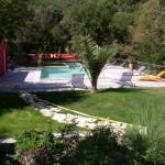Vue sur la piscine depuis le Mas