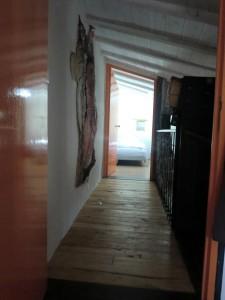 Vue sur la chambre depuis le couloir